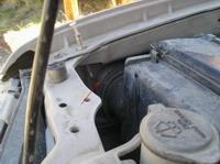 Стрелкой указан узел ввода в крыло из-под капота